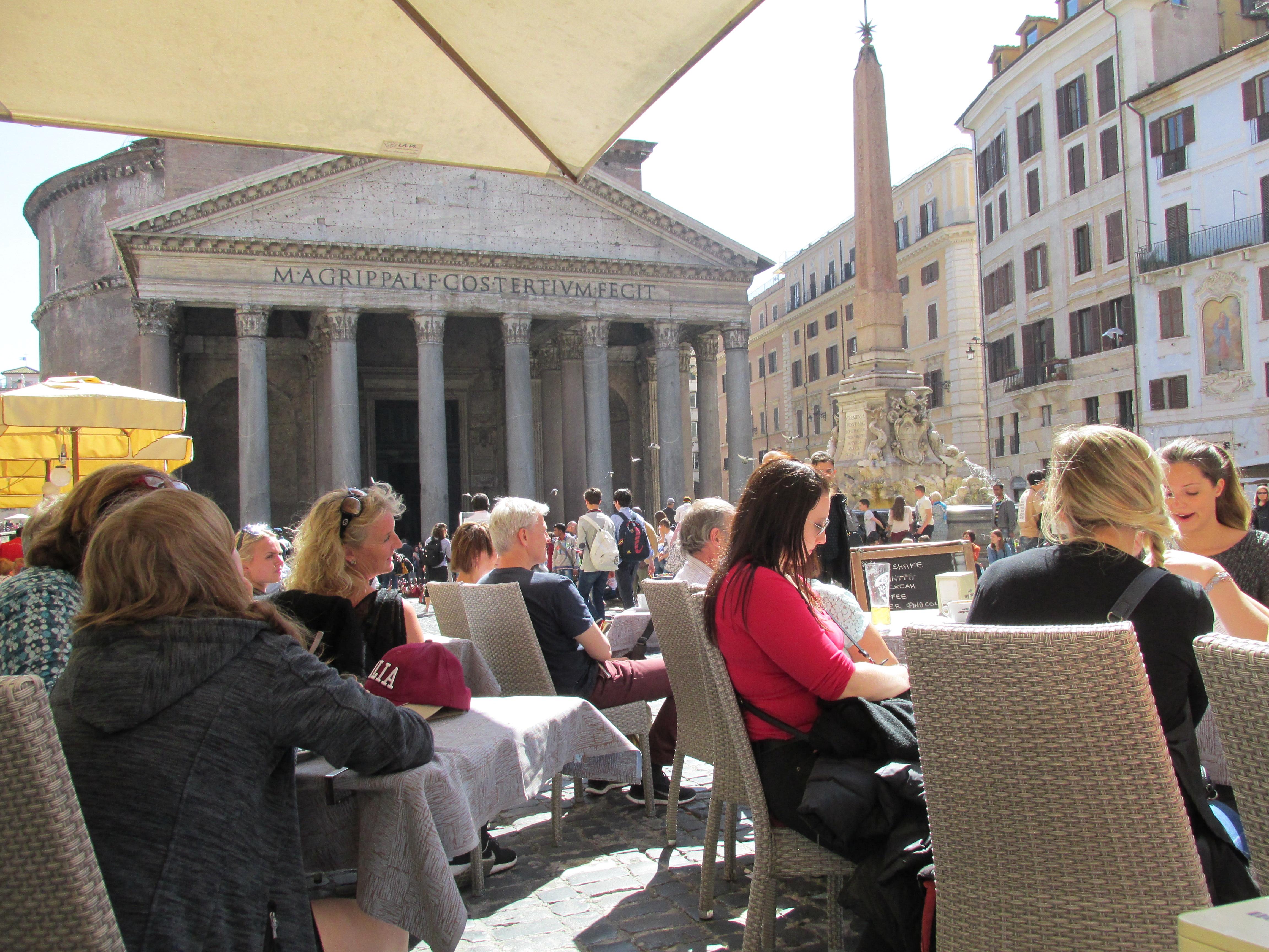 Almorzando en Piazza della Rotonda con el Panteón de fondo.