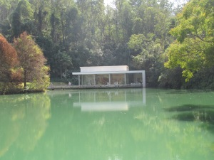 Lago y Galeria de fondo. Inhotim.