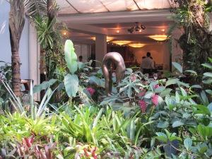 Escultura y Restaurant de fondo en Inhotim.